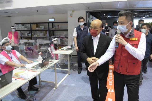行政院長蘇貞昌30日下午在新竹市長林智堅陪同下,到竹市體育館參訪孕婦專屬疫苗施打站。(行政院提供)