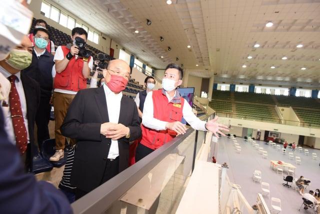 行政院長蘇貞昌從竹市體育館二樓看台區看孕婦疫苗接種情況。