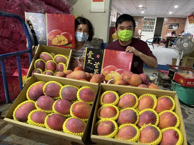 屏東芒果在不分黨派民意代表的共同促銷下,銷量大增,莊瑞雄說,證明台灣人的溫暖與團結,一定可以戰勝疫情。(莊瑞雄辦公室提供)