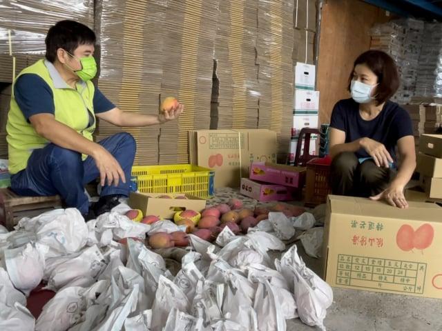 屏東芒果在不分黨派民意代表的共同促銷下,銷量大增,莊瑞雄說,證明台灣人的溫暖與團結,一定可以戰勝疫情。