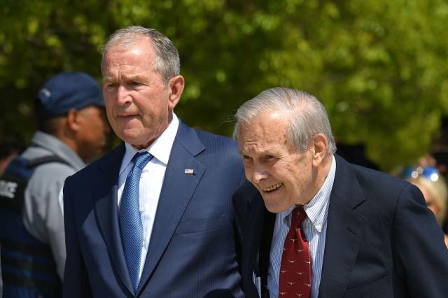 2019年9月11日,小布希(左)與倫斯斐(右)在華府五角大廈舉行的911事件紀念活動上。(MANDEL NGAN/AFP via Getty Images)
