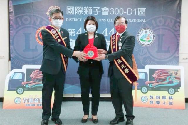 在國際獅子會300-D1區前總監張秀華(中)監交下,第43屆總監林江和(左)與第44屆總監張兆榮(右)進行交接儀式。(獅子會300-D1區提供)