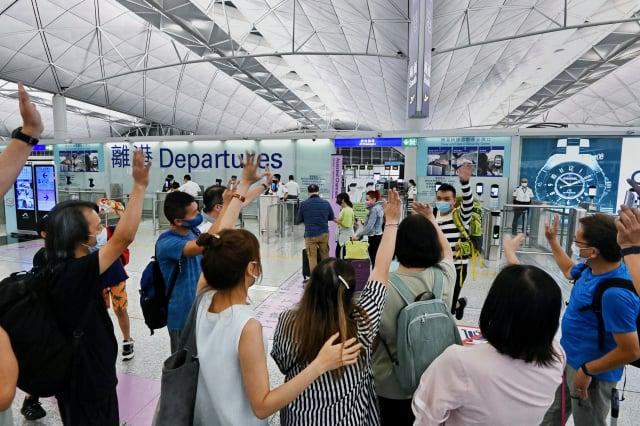香港市民憂心中共打壓力道持續加強,不少人趕在中共黨慶7月1日前離開香港,前往英國,6月30日在香港國際機場離境大堂,親友揮手送別。(記者宋碧龍/攝影)