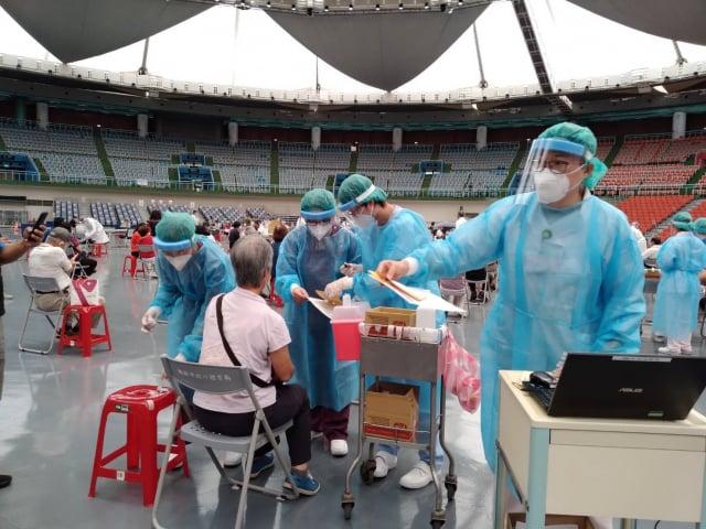 醫護人員專業又溫柔地協助施打疫苗,讓長者自在又安心。