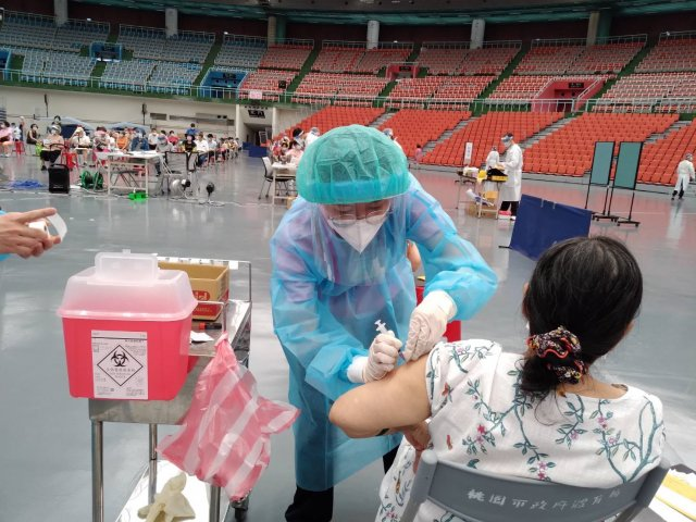 北榮桃園分院推出具有創新及友善特色的疫苗注射流程,鄭文燦市長大讚「這真是桃園市民之福」。