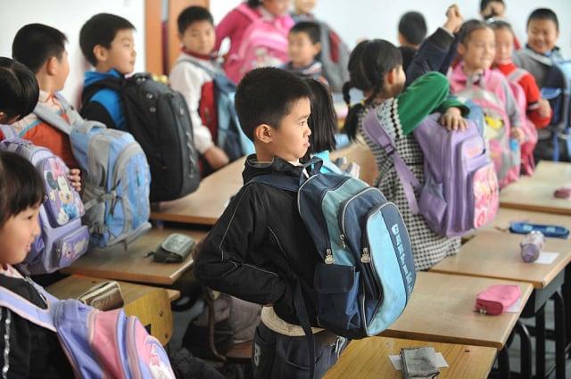 多個城市推行「小學暑假託管」政策,被疑與當局打壓校外補習有關。示意圖。(STR/AFP via Getty Images)