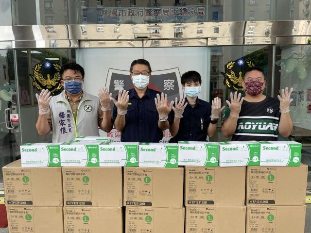 桃園市議員楊家俍公益團體捐贈防疫物資。