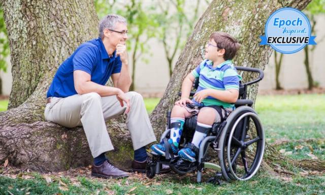 查德與他患有脊柱裂的兒子伊萊。(查德提供)