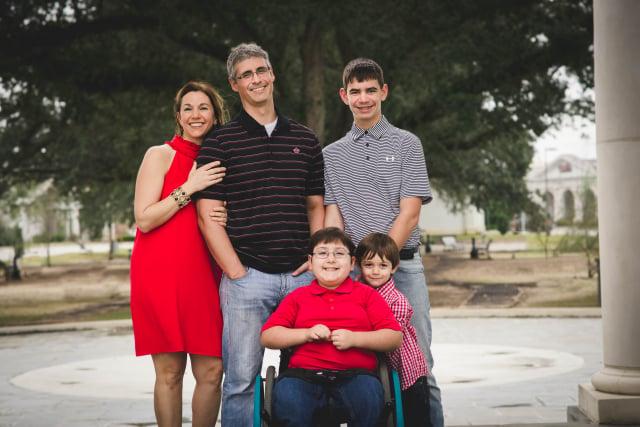 查德和阿什利以及三個兒子——16歲的埃弗萊姆、12歲的伊萊以及6歲的伊茲拉。(查德提供)