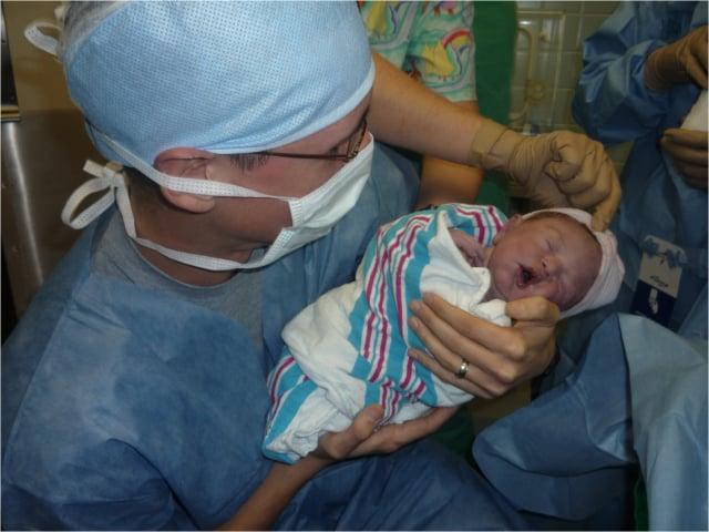 查德抱著他剛出生的兒子伊萊。(查德提供)