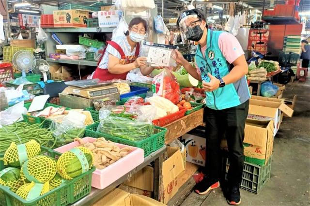 議員鄭功進服務處調度1000份防飛沫的防疫面罩,協助市場攤商做好防疫。(鄭功進議員服務處提供)