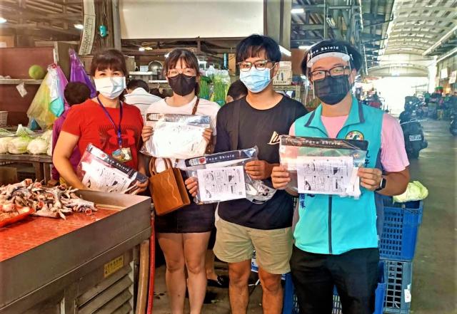 議員鄭功進服務處調度1000份防飛沫的防疫面罩,協助市場攤商做好防疫。