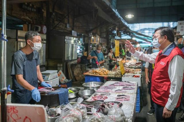 鄭文燦指出,為協助各市場自治會共同渡過嚴峻疫情,市府推出公有市場5至8月份使用費減收50%。