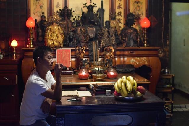 《神人之家》故事背景在盧盈良導演兄長以問神的能力幫助鄰里信徒之餘,卻無法協助經濟困頓的原生家庭,導演離家25年後,尋求信仰背後家庭成員間相互羈絆的故事。(飛望影像提供)