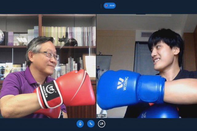 清大校長賀陳弘(左)特地新竹、高雄連線,用視訊替人在國訓中心的陳念琴打氣,並戴上拳擊手套,隔空為她擊拳加油。
