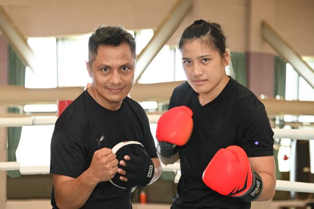 清大拳擊教練柯文明(左)說:「念琴很努力,目前的體能和心態都調整得非常好,不怕任何挑戰,希望能在奧運拿出最好的表現!」。