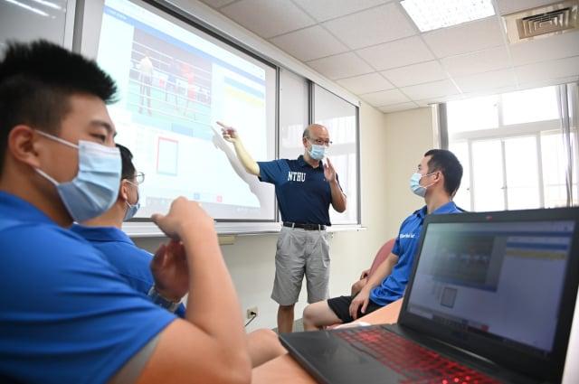 清大運動科學系主任邱文信(中)帶領運動科技中心團隊,用大數據協助陳念琴分析對手戰力。