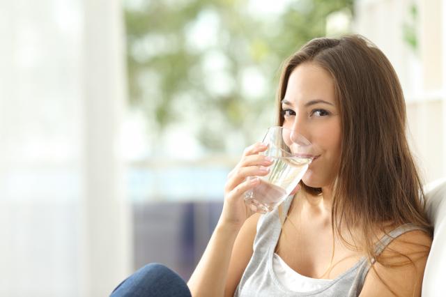 多喝水,是防範中暑方法之一。(Fotolia)