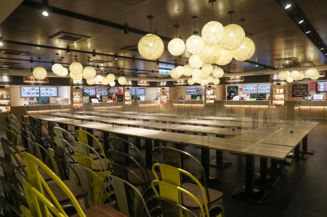 北市餐飲業仍禁止內用。圖為臺北車站微風廣場美食街。(中央社)