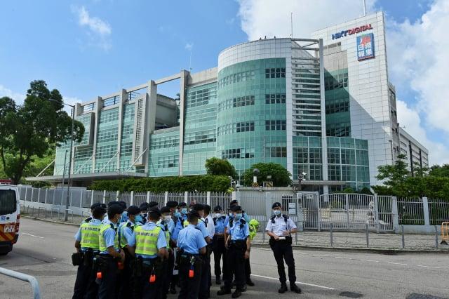 港警於6月17日早上7時許,出動5百多名警員,搜查壹傳媒大樓,並拘捕五名壹傳媒高層。(記者宋碧龍/攝影)