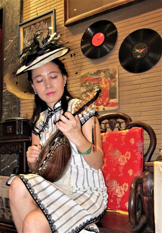 馬來西亞2017年國際典雅選美皇后黃楨真,彈奏藝術曼陀鈴。(攝影/孫幗英)