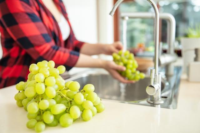 中共病毒雖然不會經由水果傳染嗎,但食用前用流水沖洗才能吃得安心。(Shutterstock)