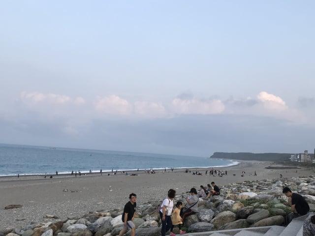 花蓮縣政府12日表示,僅「有條件」開放轄內七星潭風景區,但沙灘區範圍及水域遊憩活動則暫不開放。(記者詹亦菱/攝影)