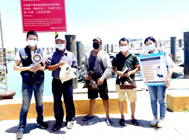 向外籍漁工及船東宣導相關防疫資訊。(移民署桃園市服務站提供)