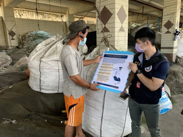 向外籍漁工宣導相關防疫資訊。