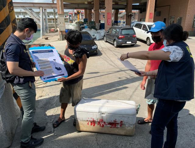 向外籍漁工宣導相關防疫規定。