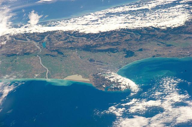衛星所拍攝的地球海洋中某塊陸地地貌。(NASA via Getty Images)