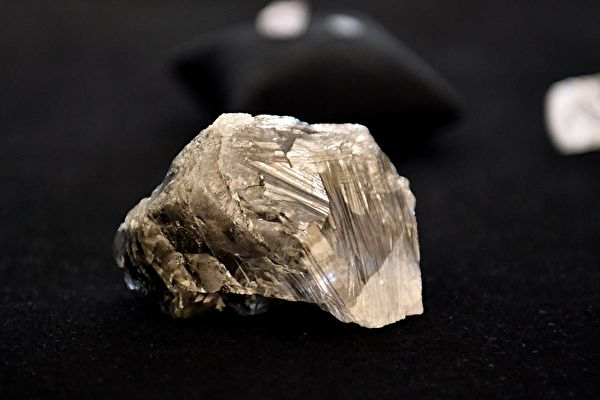 這顆重達1,174克拉的鑽石原石。(MONIRUL BHUIYAN/AFP via Getty Images)