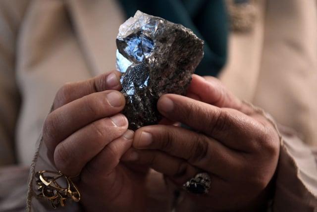 加拿大盧卡拉鑽石公司於6月12日在卡羅維礦挖出一顆重達1,174克拉的鑽石。(MONIRUL BHUIYAN/AFP via Getty Images)