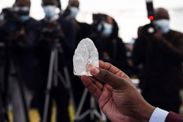 鑽石公司戴比斯瓦納(Debswana)於6月1日發現的一顆1,098克拉的鑽石原石。(MONIRUL BHUIYAN/AFP via Getty Images)