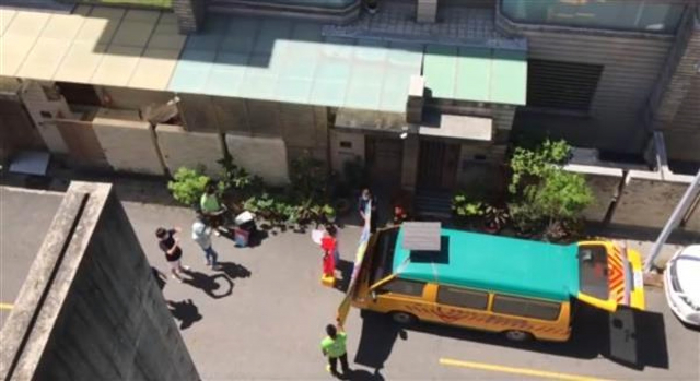 臺南一家幼稚園把娃娃車開到學生家門舉辦簡易畢業典禮。(爆料公社提供)