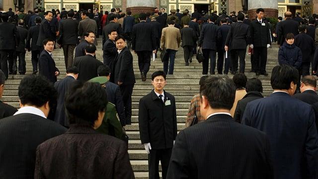 中國的公務員成為下一波被割的韭菜,圖為準備進入北京大會堂的中共官員們。(Andrew Wong/Getty Images)