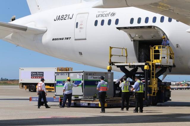 日本外務大臣茂木敏充13日宣布,將追加提供臺灣100萬劑AZ疫苗,預定7月15日運送。圖為日本提供的第二批113萬劑AZ疫苗8日下午運抵桃園國際機場。(中央社)