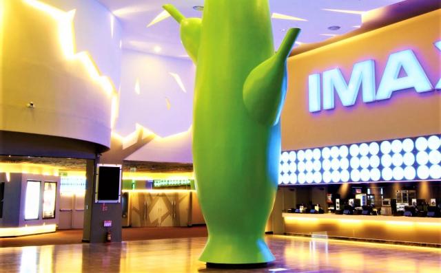 臺中微解封首日,僅4家電影院開張,因放映的多是警戒前的舊片,加上非假日,進場觀眾少。(臺中大遠百威秀網提供)