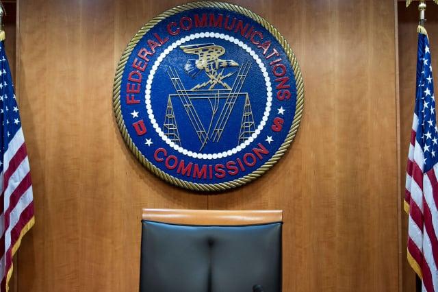 美國聯邦傳播委員會(FCC)的徽章。(BRENDAN SMIALOWSKI/AFP via Getty Images)