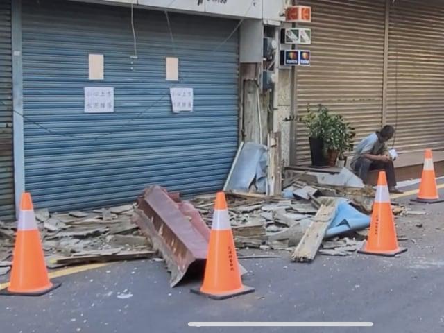 花蓮14日上午發生逾20起有感地震,造成老屋鐵片、水泥剝落。(中央社)