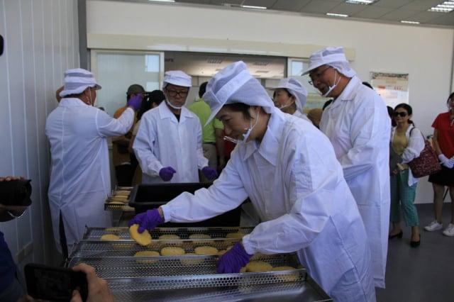 台東縣鹿野地區農會收購鳳梨,烘焙師傅以鳳梨酥為內餡製作太陽餅。