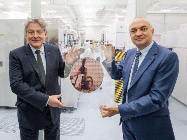 美中科技戰使比利時微電子研究中心獲得前所未有的關注。圖為歐盟執委布勒東(左)與微電子研究中心執行長范登霍夫(右)資料照。(WIM KEMPENAERS/BELGA/AFP via Getty Images)