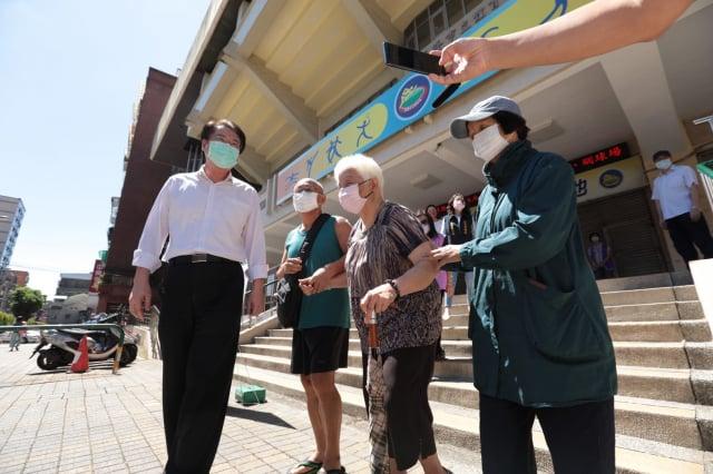 林右昌關心長者施打疫苗情況。