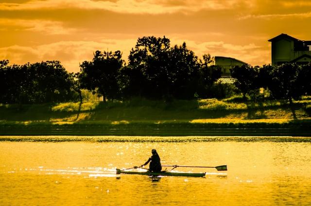 黃義婷於清晨在冬山河專注練習的身影,讓人感受到運動員的韌性,令人感動。(林姿妙 臉書提供)