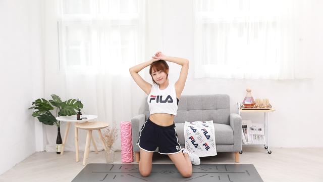 林襄示範美胸運動。(FILA提供)