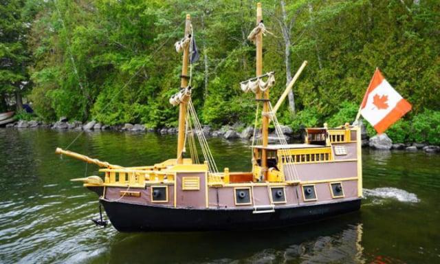 一位退休木匠用一艘舊船和回收的家具建造了一艘海盜船。(由約翰·溫斯洛提供)