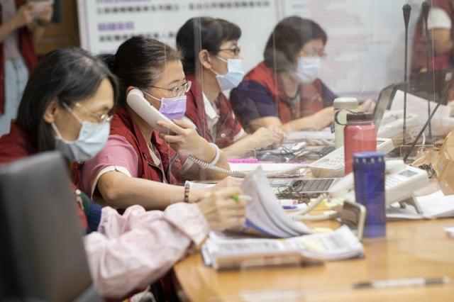 檢疫隔離關懷中心接聽各種疑難雜症電話,是防疫的幕後英雄。(新北市府提供)
