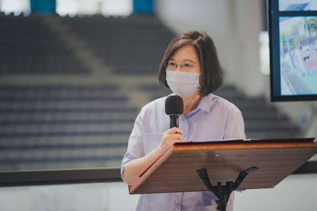 總統蔡英文16日赴新竹市立體育館視察疫苗施打情況,稱讚新竹市在防疫與疫苗施打工作創造出「新竹模式」,用心、效率與貼心值得做為表率。(竹市府提供)