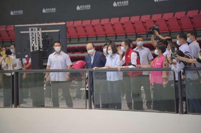 總統蔡英文(中)、立法委員柯建銘(中左)及新竹市長林智堅(中右),從新竹市立體育館二樓看台區俯瞰視察疫苗施打區。