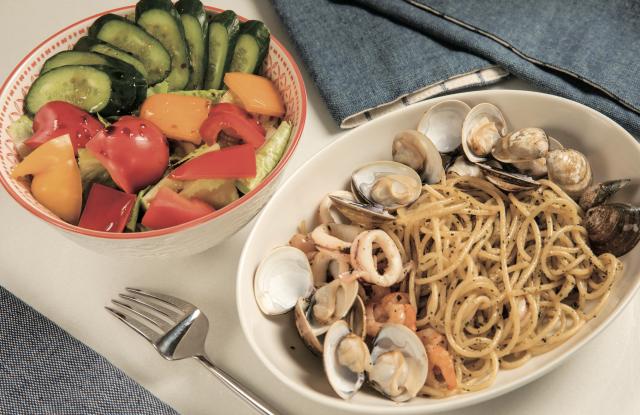 一道菜餚是西式家常義大利麵,來自營養師的精心設計食譜,讓料理新手、廚房老手都可以省時省心。(尖端出版社提供)
